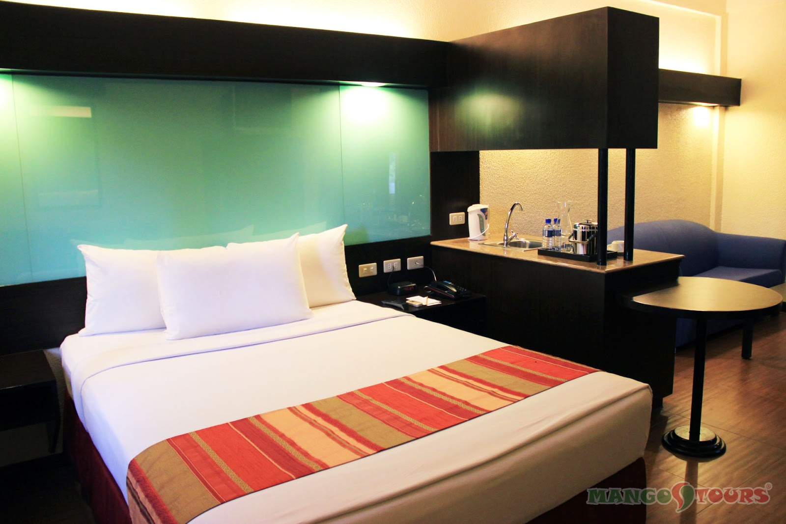 Mango Tours Microtel by Wyndham Sto. Tomas Batangas suite room
