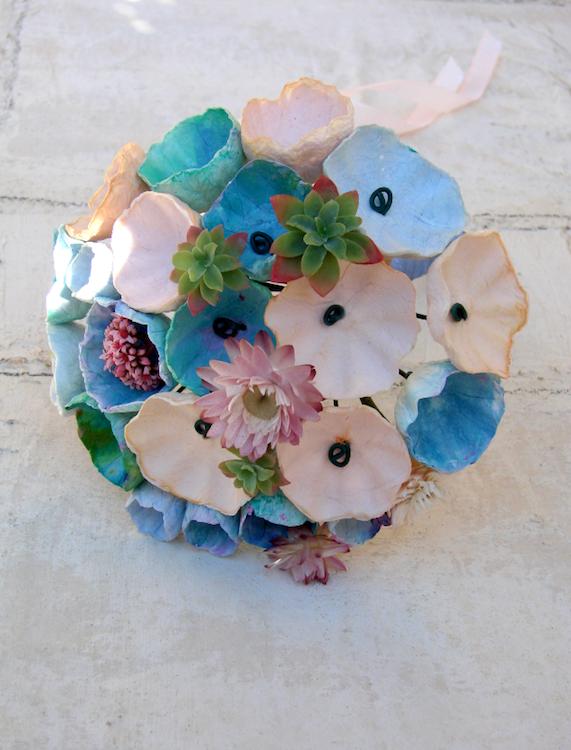 matrimonio sostenibile: bouquet di fiori di carta dipinti a mano, freschi e secchi