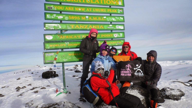 Parte-del-grupo-frente-al-cartel-en-la-cima-del-Kilimanjaro