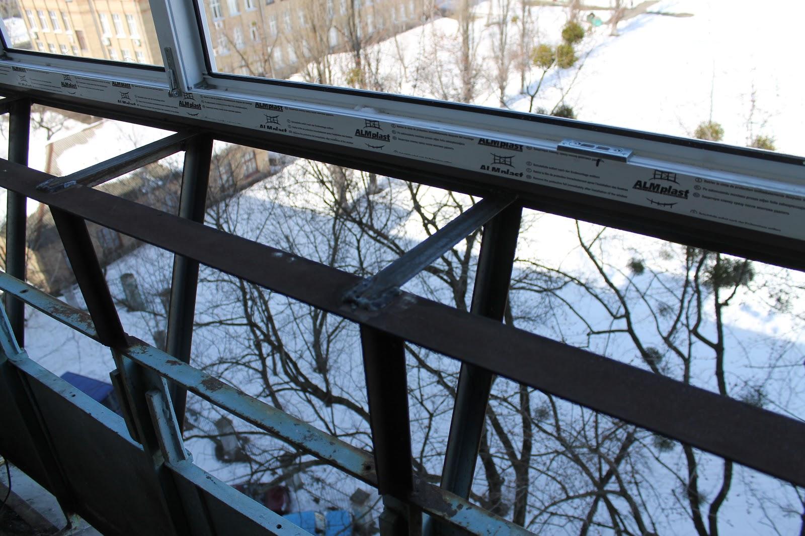 Остекление балкона зимой.
