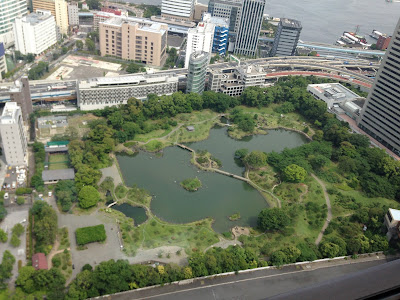 浜松町の世界貿易センタービルの展望台から見た浜離宮の写真