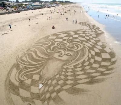Retrato de una mujer hecho en la arena de la playa