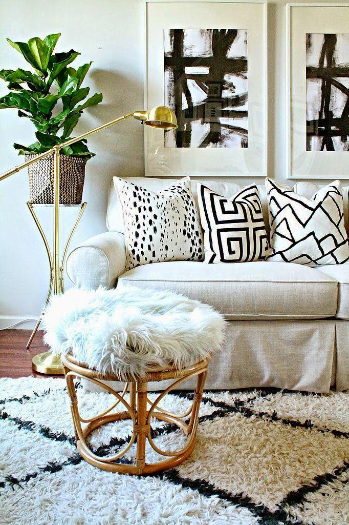 Luminária dourada, Almofadas preto e branco, Sofá branco