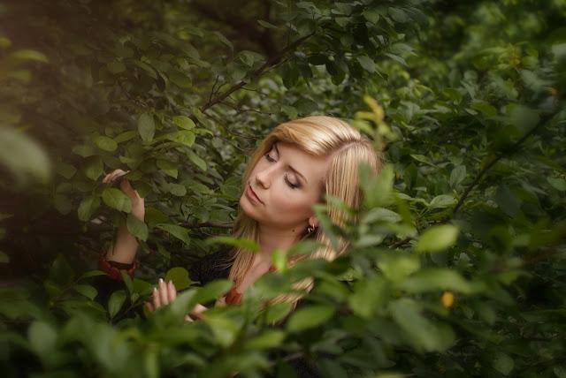 нежная фотосессия девушки в листве