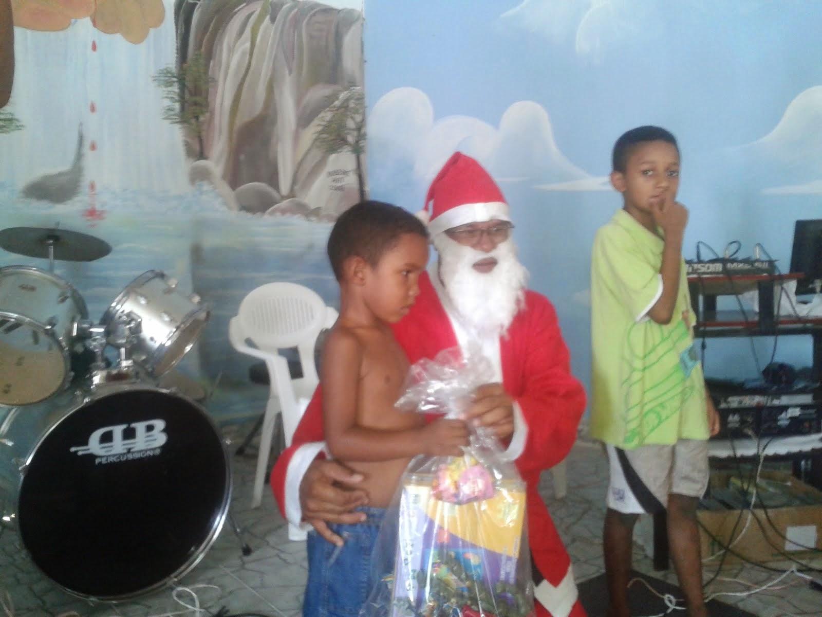 PAPAI NOEL ENTREGANDO OS PRESENTES AS CRIANÇA POBRE DO SERTÃO DA BAHIA