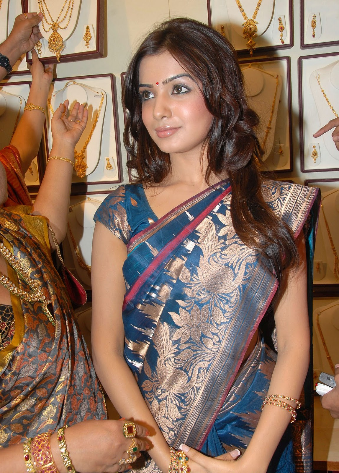 http://1.bp.blogspot.com/-fqgujqQxE8k/TbaUkidCbqI/AAAAAAAARPI/zN2J80fhJfc/s1600/samantha-ruth-prabhu-at-rks-silks-showroom-launch%2B%252810%2529.jpg