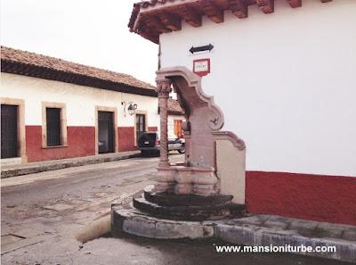 Pila en la esquina de la Calle de Espejo e Ibarra en Pátzcuaro, Michoacán