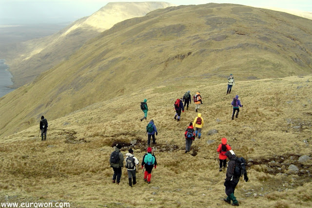 Montañeros en ruta por la montaña Ben Creggan
