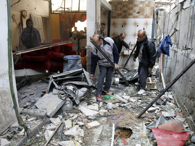 Palestinos inspecionam casa destruída em ataque israelense