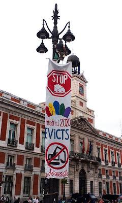 Un joven se cuelga de una farola para protestar contra los Juegos