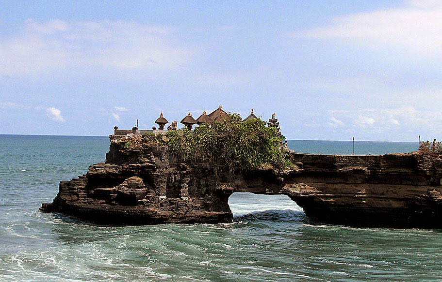 Pura Tanah Lot di Pantai Eksotik