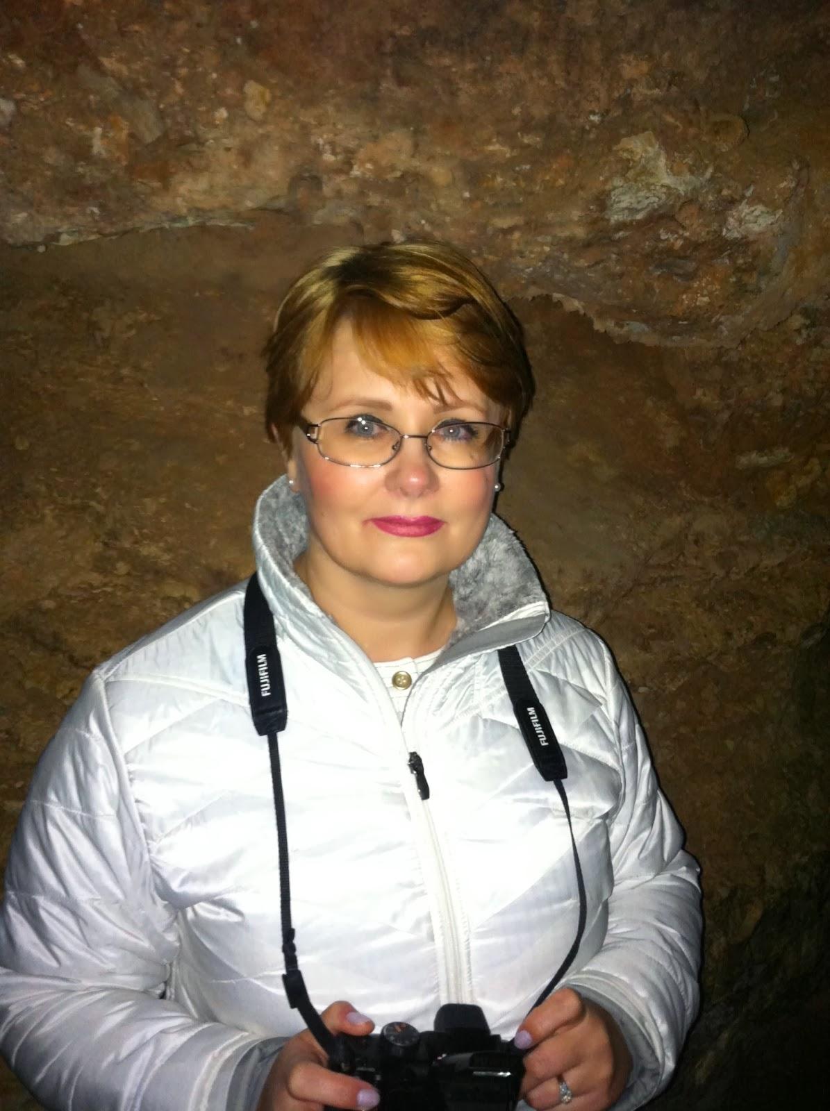 Мы собирались посетить местные пещеры Колорадо Спрингс а попали в удивительное путешествие по Manitou большой пещеры.  Само путешествие началось с горы Manitou Springs, с которой мы наслаждались, захватывающей панорамой на Пайкс Пик и город Колорадо Спринг. А вход в пещеру начинался с… магазина сувениров,    в котором мы, конечно, купили красивых минералов.    Перед началом похода в пещеры всем предлагали сделать фото на память  Это куча не что иное, как талисман, придуманный двумя старыми девами, 100 лет назад. Гуляя по пещерам, они решили, что скучно просто рассматривать темные стены и положили свои волосы в коробку, чтобы люди смотрели на них. А люди стали кидать в неё свои заколки, резинки для волос, булавки, монеты … Так была придумана примета: если ваш дар пещере, зацепится за стену то вас ожидает 2 года удачи и возможен брак.     А в этой дырке нам обещали показать живое человеческое сердце. Я его увидела но, к сожалению, вам не смогла его показать.  Вообще было ощущение, что мы ходили по живому организму нашей матушки Земли. Все было реалистично и фантастически красиво. С «потолка» свисали сосульки из сталактитов и сталагмитов, узкие проходы, заставляли сжиматься и нагибаться и бояться )))  Экскурсия закончилась очень быстро, и мы не заметили, как прошли 45 минут   Journey into the past ...  We were going to visit the local caves Colorado Springs and got an amazing journey to Manitou large cave. The journey began with a mountain Manitou Springs, which we enjoyed a breathtaking view of Pikes Peak and the city of Colorado Springs.  The entrance to the cave begins with a souvenir shop, which of course we bought beautiful minerals.    Before starting the hike to the caves all were offered to be photographed This is nothing but a bunch, like a talisman, coined two spinsters, 100 years ago. Taking a walk through the caves , they decided that they bored just consider the dark walls and put your hair ribbon in a box for people to look at them and people started thro