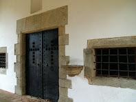 La porta d'entrada i la pica d'aigua beneïda de l'ermita de Sant Ponç