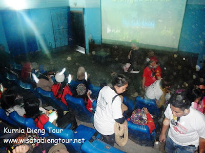 suasana dalam dieng plateau theater