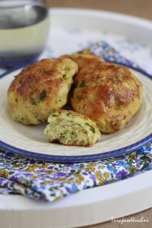 Poğaça, bułeczki z ziemniakami i zieleniną