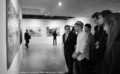 l'Artiste Ben Heine avec l'Ambassadeur François Bontemps - exposition