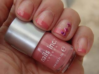 manicura francesa rosa con decoraciones