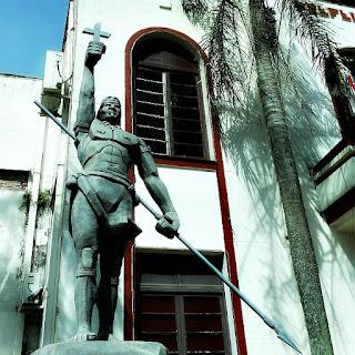 Monumento e prédio da Prefeitura Municipal de São Luiz Gonzaga, ao fundo.