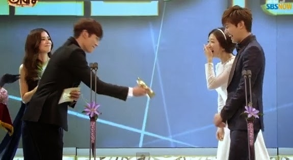 """Lee Minho and Park Shin Hye of """"The Heirs"""" won the """"Best Couple ..."""