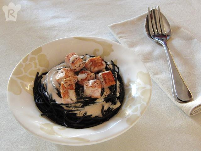 Espaguetis negros con salmón
