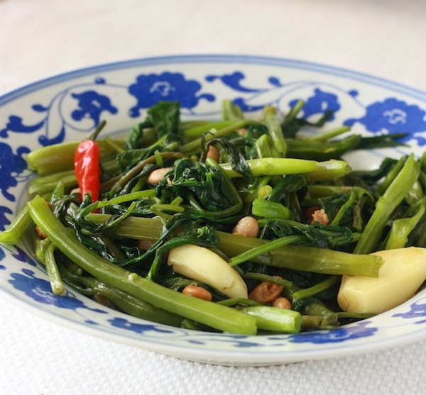 thai stir-fried morning glory recipe (pad boong fai daeng)