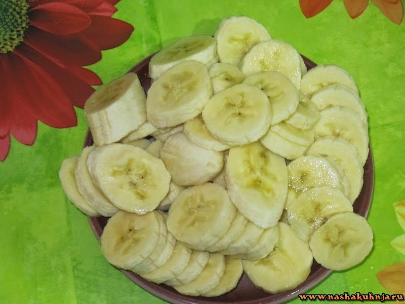 Банановая шарлотка с кунжутными семенами