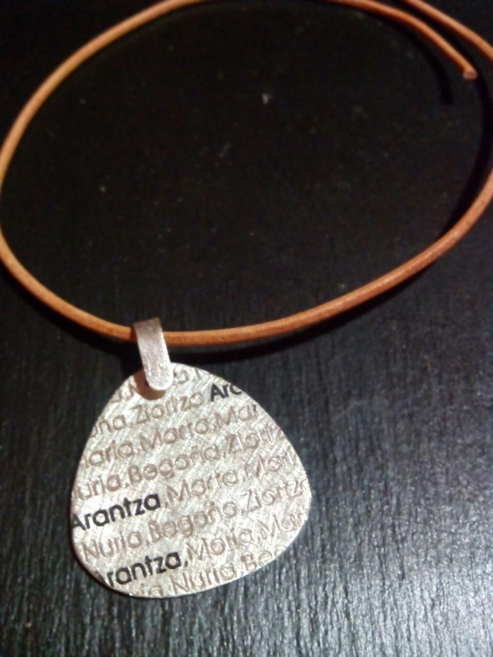 Chapa de plata personalizada artesanal varios nombres, colgante joyería