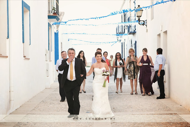 invitados de boda acompañan a a la novia por las calles engalanadas de la isla de Tabarca