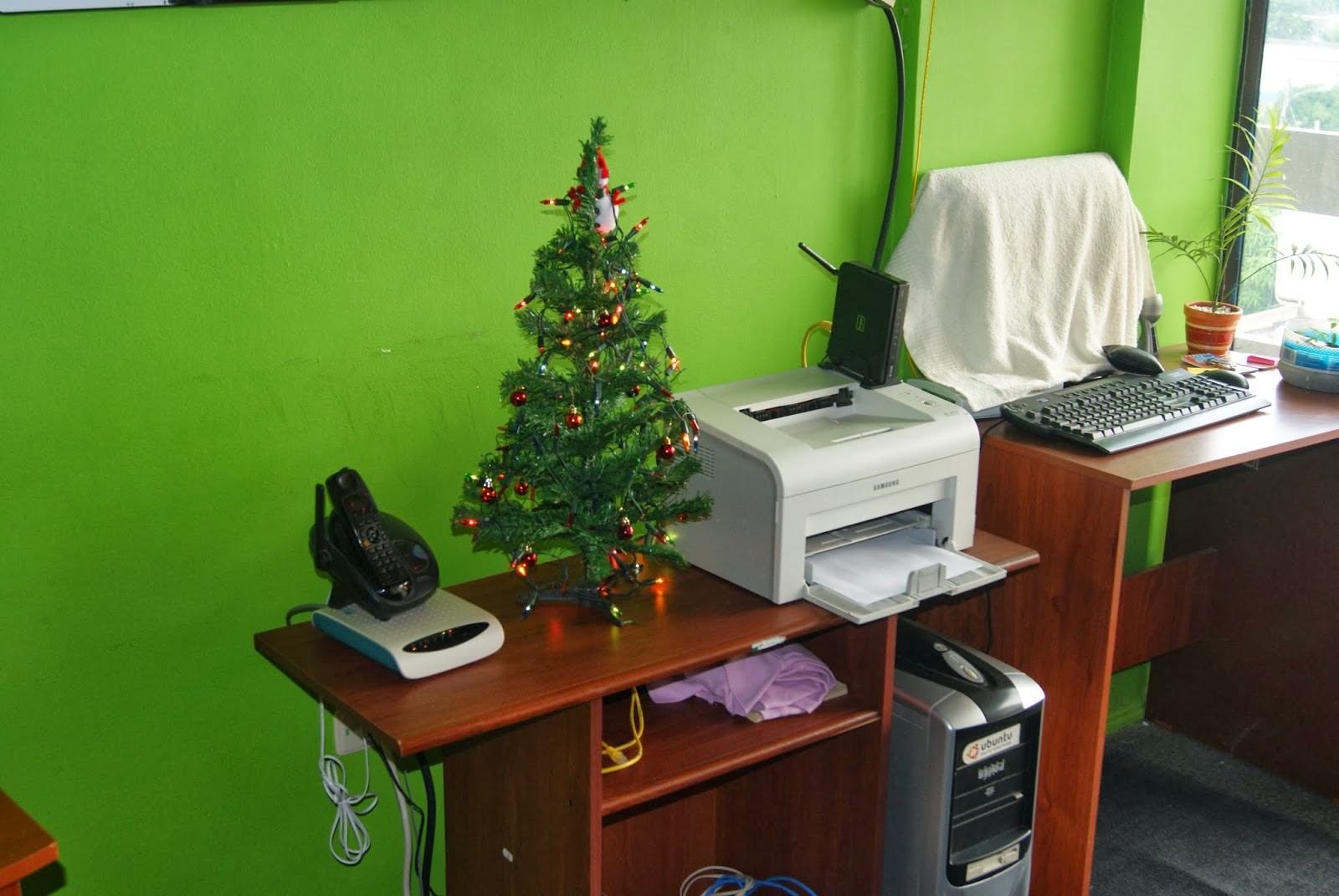 Megaoffice viste de navidad tu oficina for Tips para decorar una oficina
