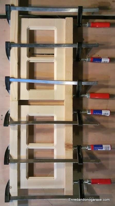 Laterales apretados con sargentos mientras seca la cola de carpintero. Enredandonogaraxe.com