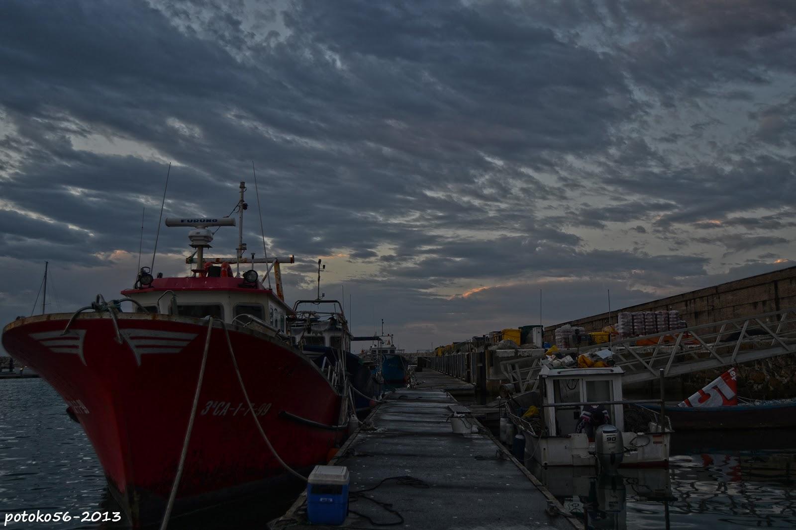Pantalanes y barcos en el muelle de Rota