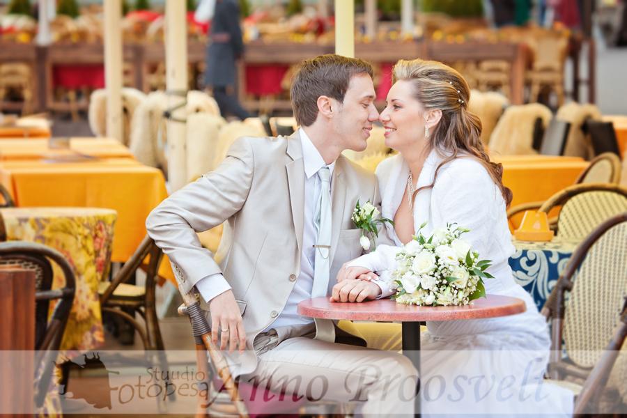 pruutpaar-raekoja platsil-kohvikus