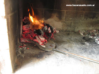 carbón listo para asar carne en la parrilla