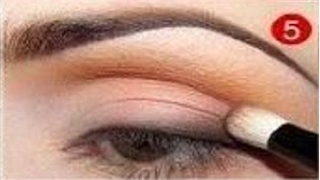 ... warna eyeshadow coklat tua ke bagian sudut luar mata seperti ini