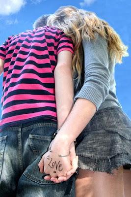 http://1.bp.blogspot.com/-g-A2-u0GFFA/Td_I8g4duoI/AAAAAAAAAno/AvyEzvy7flI/s640/emo+love+girl+and+boy+6.jpg