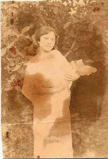 1920 -  Julie groeit op en zal in 1940 trouwen.