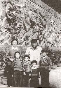 父母复婚后的一个星期天。北京北海公园九龙壁。母亲对复婚后的生活充满了希望。