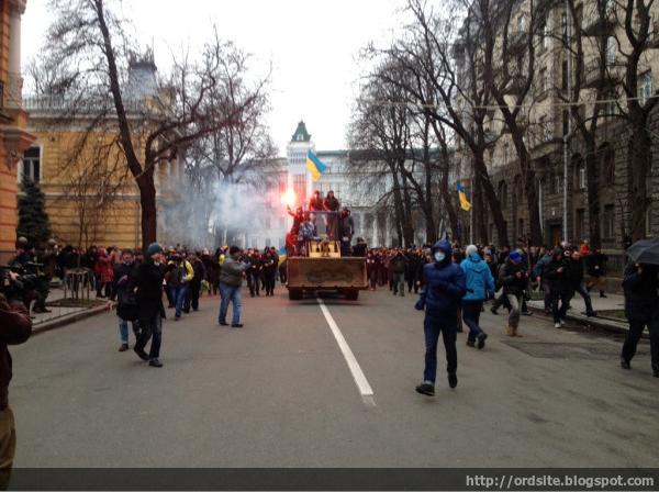 Активисты на тракторе подъехали к Администрации президента