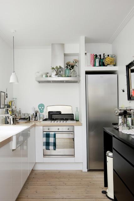 Ook al is deze keuken aardig klein, er staat een aanzienlijk groot ...