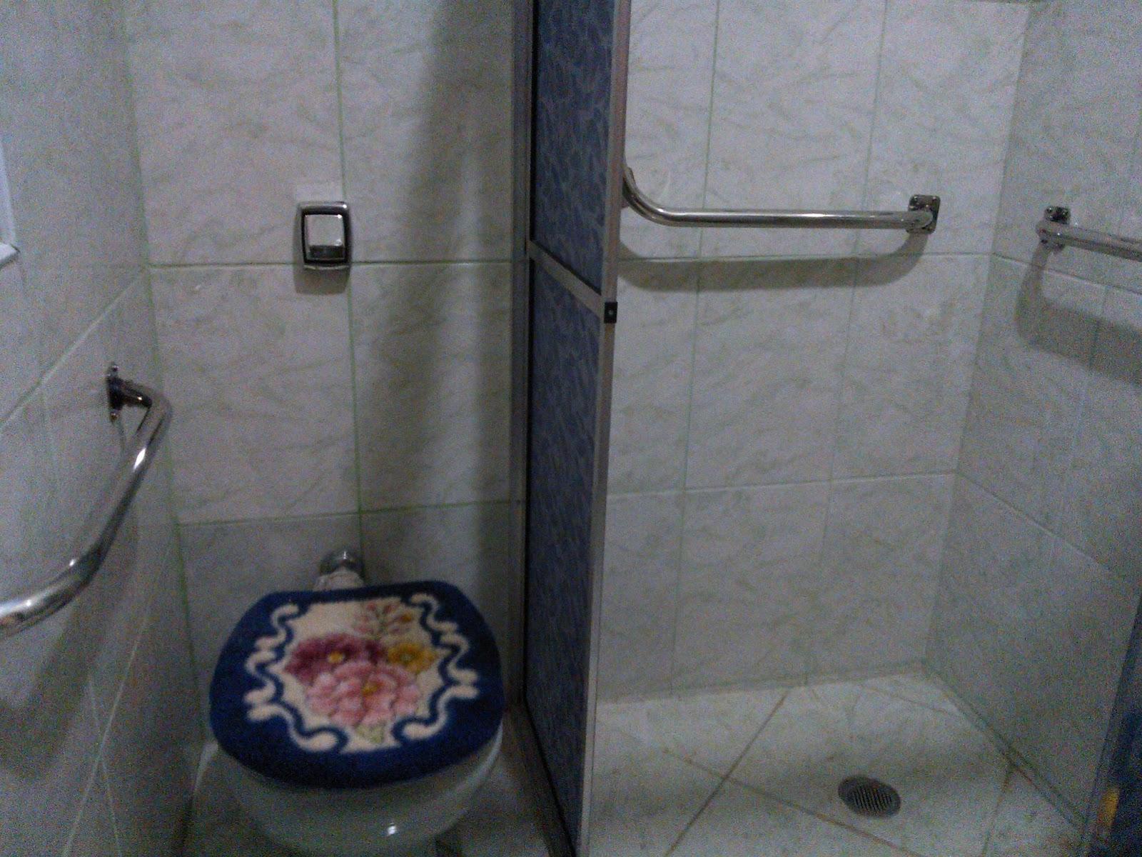 Barra de apoio instalada em box do chuveiro apara apoio de criança  #5E4C46 1600 1200