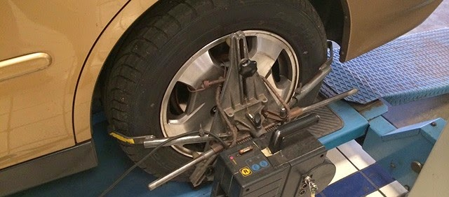 Tanda-tanda Ban Mobil Perlu Spooring