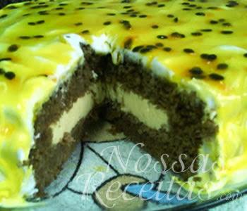 receita de torta de chocolate recheada com mousse de maracujá e coberta com deliciosa cobertura de maracujá.