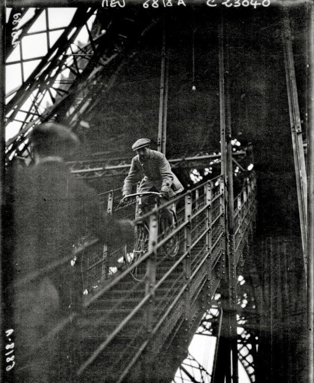 На велосипеде с эйфелевой башни. 1923 год