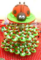Torre de mini cupcakes com bolo de joaninha no topo