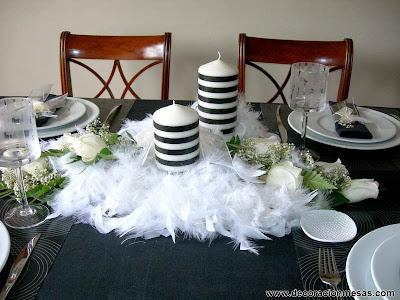 decoracion mesa blanco y negro con plumas centro mesa