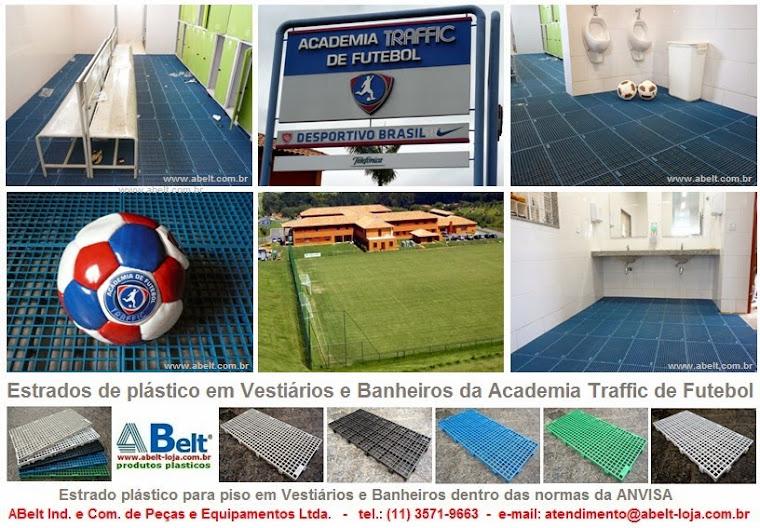 Estrado plástico em vestiários e banheiros da Academia Traffic de Futebol