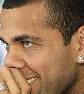 Alves: «Disfrutamos jugando contra el Real Madrid»