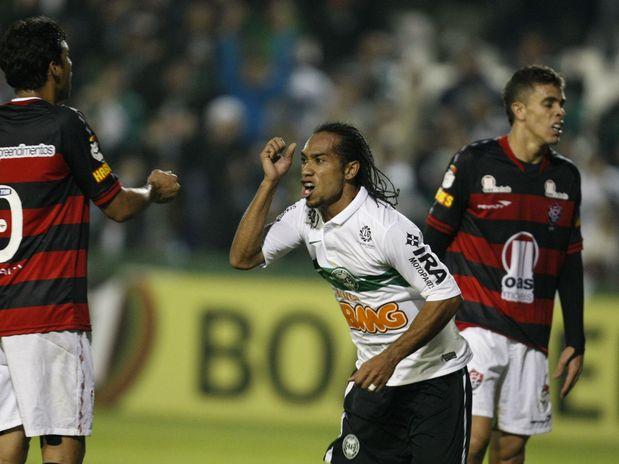 Coritiba vira em casa, elimina Vitória e volta à semifinal