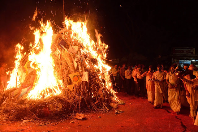 Hogueras en la noche antes del festival de Holi, celebrando el triunfo del bien sobre el mal