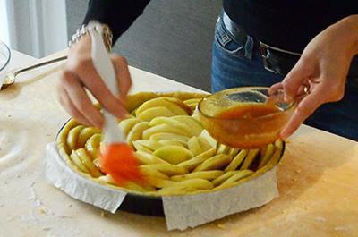 Crostata di mele: spennellare tutte le mele con la confettura avanzata